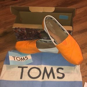 ORANGE AND WHITE TOMS